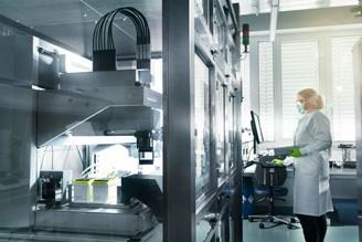 Uma técnica manipula amostras de RNA no laboratório da BioNTech em Mainz, Alemanha.